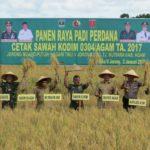 Korem 032/Wirabraja dan Dandim 0304/Agam bersama Pemda Agam ikuti Panen Raya Padi Perdana di Tiku