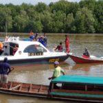 Kapal Material Bangunan Tabrak Perahu Angkut Sawit di Kobar